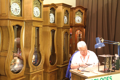 Patrik Chevalier d'Ouzouer le Marché entouré des ses horloges comtoises