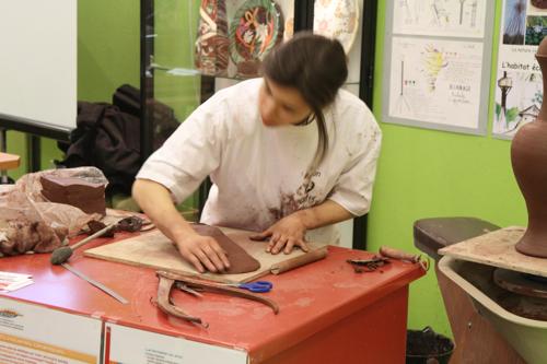 Préparation de la terre par une élève du lycée des métiers de Vierzon