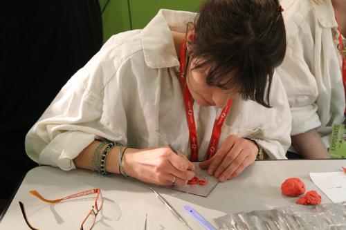 Modelage pour la conception du bijou par une élève du lycée Jean  Guehenno de St Amand