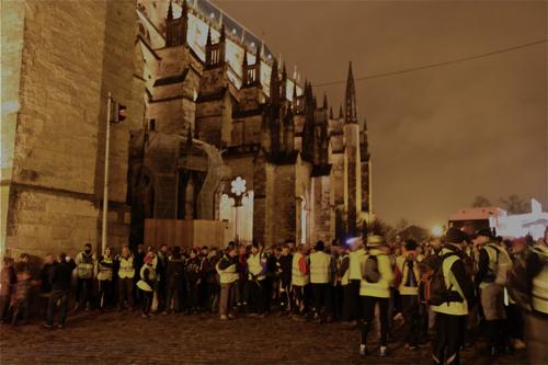 Sur le parvis de la Cathédrale St Etienne, la ligne de départ avec les feux rouges sur les cotés.