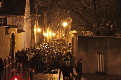 Il est 0h02, les marcheurs rue Porte Jaune partis pour 58 km dans la nuit.