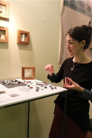 Valérie Vayre a étudié aux Beaux Arts de Bourges. Sa spécialité de souflage du verre et principalement des bijoux.
