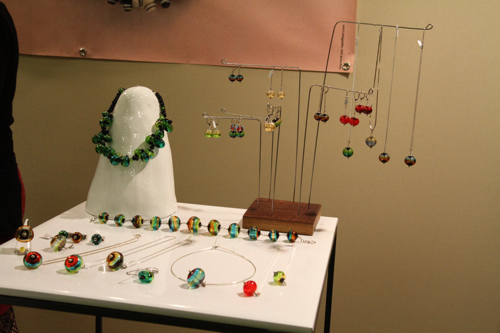 Valérie souffle le verre autour de fil d'inox. Notre artisane porte beaucoup d'attention à la solidité de ses bijoux.