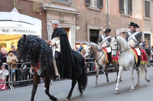 Le premier cavalier est un eclésiastique...nous sommes à Rome !