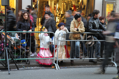 Les enfants déguisés attendent patiemment le cortège.