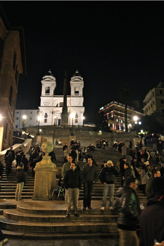 Non loin de là, les jeunes se retrouvent piazza di Spagna, sur l'immense escalier menant à l'église de La Trinité des Monts.
