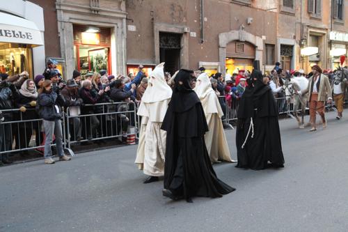 Il me semble que les pénitents sont un peu en avance, on les voit plus le vendredi saint...