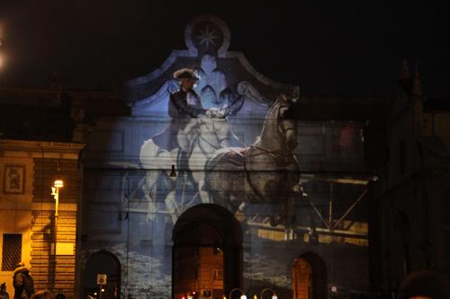 La porte de la piazza del Popolo est illuminée