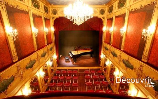 Curieux et délicieux, on se croirait à la Scala de Venise. Le piano est installé à demeure. Au mur des miroirs à l'ancienne, des luminaires et des lustres de Baccarat sûrement.... Partout des dorures, les chaises avec leurassise en velour rougent sont confortables. On se dirait revenu 100 ans en arrière.