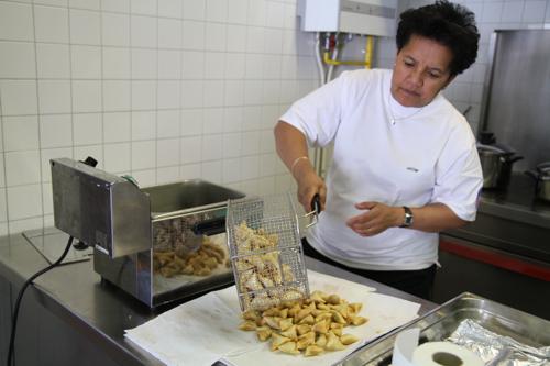 En cuisine pour préparer le repas malgache