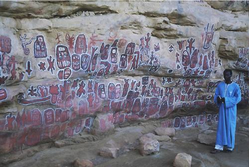 On peut rester des heures à regarder ces peintures et écouter leur signification. Elles sont repeintes régulièrement par les pères des enfants qui ont été circonscrits dans cette grotte (parfois à l'âge de 16 ans...).