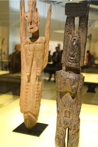 Figures aux bras levés, datées du XIV siècle, probablement une des plus anciennes venant des premiers habitants de la falaise.