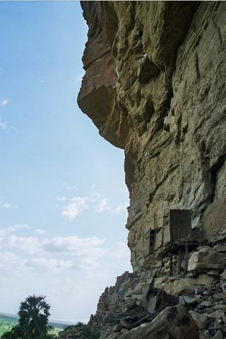 La falaise et ses maisons suspendues où les premiers dogons se sont réfugiés.