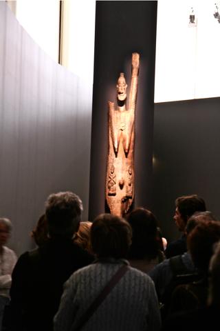 """A la sortie de l'exposition, cette statue anthropomorphe de 210 cm, semble nous dire """"à bientôt""""."""