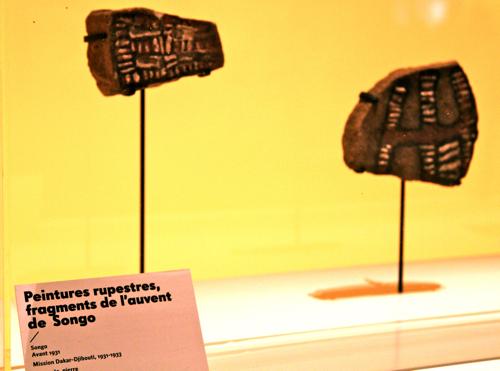 Fragments de roche que les français ont brisé pour les ramener en France....