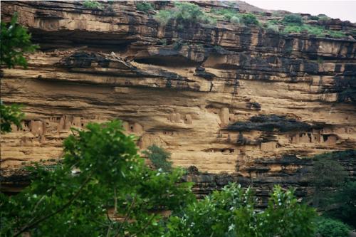 Ici dans les grottes, les tellems, premiers dogons, ont habité