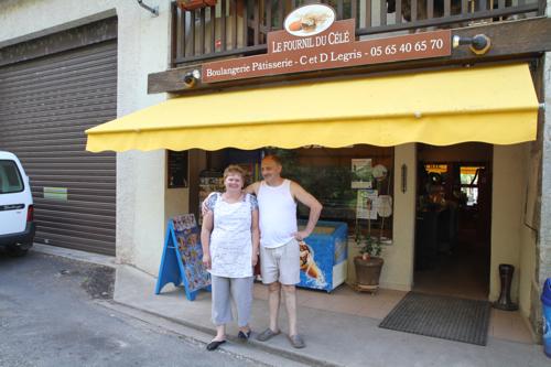 Monsieur et madame devant leur boulangerie.