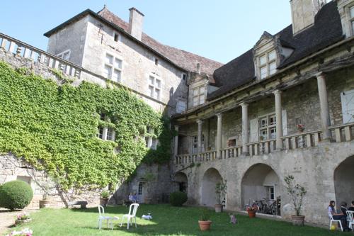La cour du château où les enfants s'amusent.