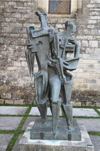 Devant l'église, un sculpture de Zadkine