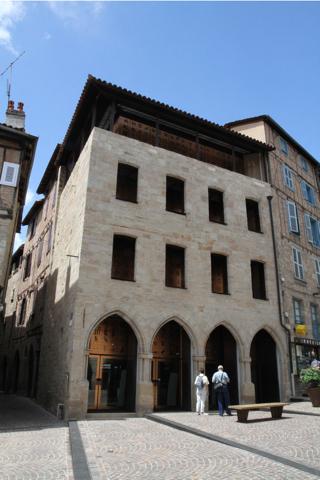 L'extérieur du Musée, architecture comptemporaine qui s'insère bien sur la place médiévale.
