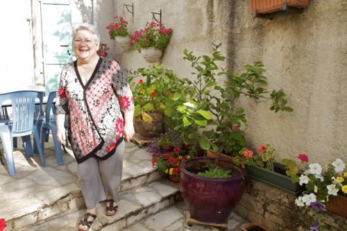 Gisèle dans son jardin fleuri