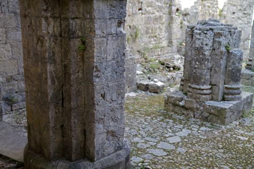 Les piliers nous font imaginer la grandeur et la splendeur de cet édifice.