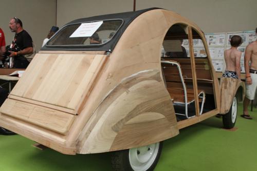 Au musée, la 2 CV en bois