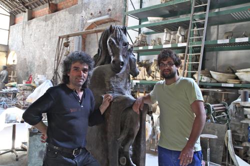 Abel et son fils devant une sculpture