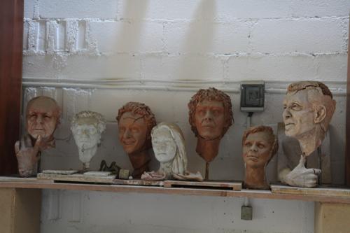 Quelques unes des sculptures entreposées dans l'atelier en attente de futures commandes de bronze