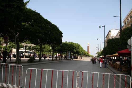 """Au fond, le début de l'avenue Bourguiba, la place s'appelle """"Place du 14 janvier 2011"""""""