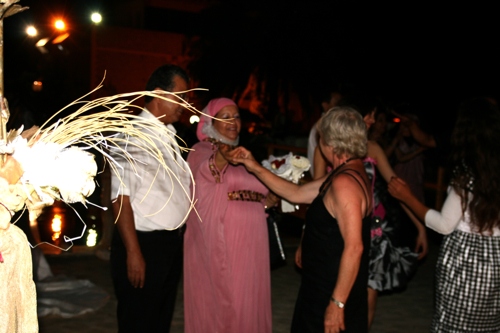 """Colette """"l'invitée"""" française à l'honneur de danser avec une parente des fiancées."""