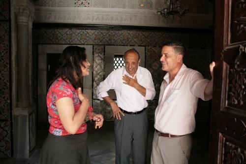 Monia en discussion avec le Directeur du Patrimoine de Kairouan.