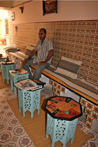 Omar dans l'entrée de sa maison traditionnelle de la médina de Sousse.