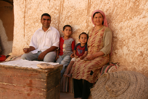 La famille au complet dans la cour ou patio à ciel ouvert au centre de la maison.