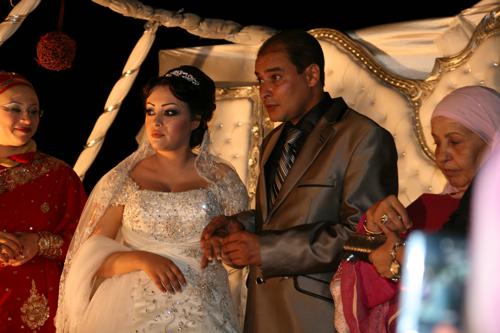 Le fiancée Chokri, passe la bague aux doigts de Zohra. A partir de ce jour ils pourront montrer leur amour en public