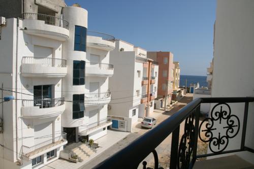 """Après Sousse, nous restons interloqués devant l'urbanisation des zones dites """"touristiques"""" où immeubles de locations et immenses hôtels longent la route ."""