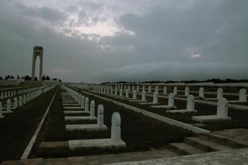 Alain nous a emmené voir les cimetière national des 400 martyrs. 400 soldats de la jeune armée de Bourguiba massacrés par l'armée françaises en 1963.