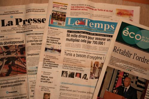 Un nombre impressionnant de journaux, ici en Français, se vendent dans les kiosques de Tunis. Les articles de politiques intérieurs sont très nombreux.