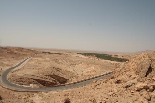 La route est sinueuses à travers la montagne ponctuée d'oasis, région de Tamerza