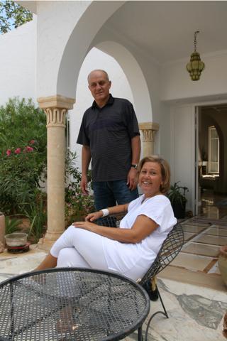 Salma et son mari Afed devant chez eux