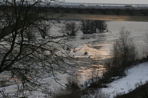 Deux flots se croisent, le flot des voitures sur le pont et celui du fleuve chargé des blocs venus de loin.