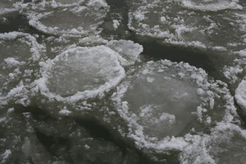 Comme les galets les glaces se façonnent en s'entrechoquant.