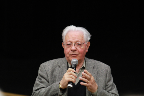 Michel Armand au micro, malgré sa capacité à s'exprimer sans micro.