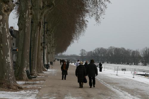 Dans cette fin d'après midi les promeneurs sur les quais pour le spectacle de la nature.