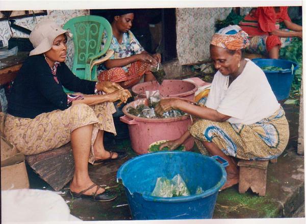 Femmes au Cameroun préparant les produits envoyés à Véronique