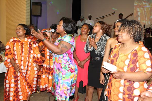 Les membres des associations dans une joyeuse spontanéité offrent leur don.