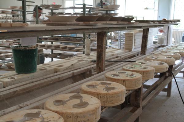 Le kaolin est travaillé et injecté liquide et en pression dans les moules. Le moule est rempli quand le deuxième trou déborde.