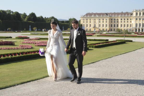 Lors de nos voyages, nous devons rencontrer un mariage...ici séance photo dans le parc . Remarquez le diadème sur la tête de la mariée. En souvenir de Sissi peut être !