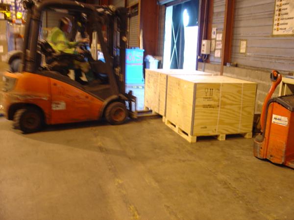 Nos deux caisses attendront ici que soit constitué un contener pour Douala.