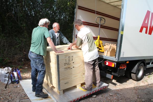 Chaque caisse faisant 370 kg est chargée dans le camion
